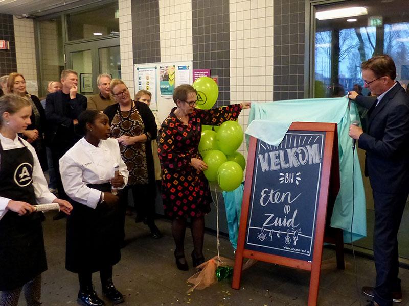 Leerling-restaurant 'Eten op Zuid' feestelijk geopend en nieuwe naam op gevel onthuld